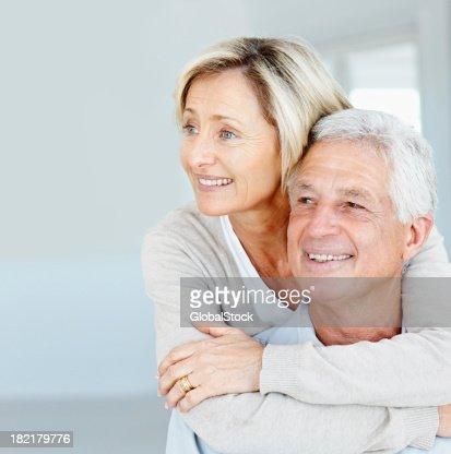Glückliche senior Frau umarmt Ihr Mann