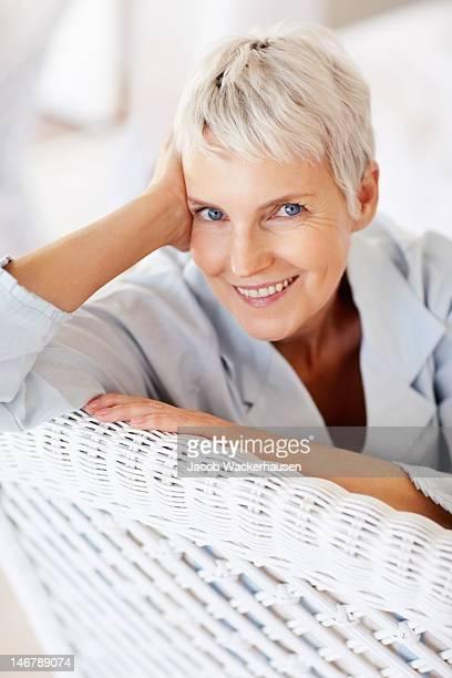 Happy senior lady in wicker Stuhl