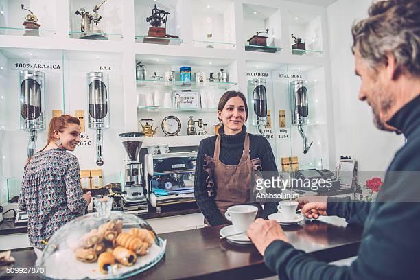 Glücklich Senior Mann und zwei Frauen Barista, Caffe Triest, Europa