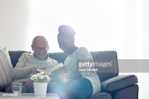 ハッピーな老人男性、女性の読書 carer
