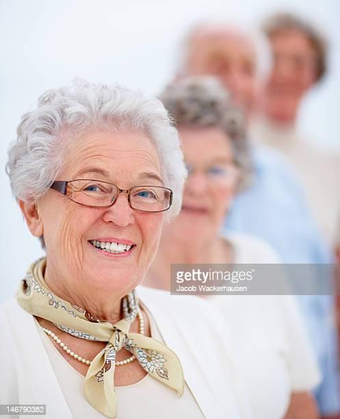 Glückliche Ältere Männer und Frauen stehen in einer Linie