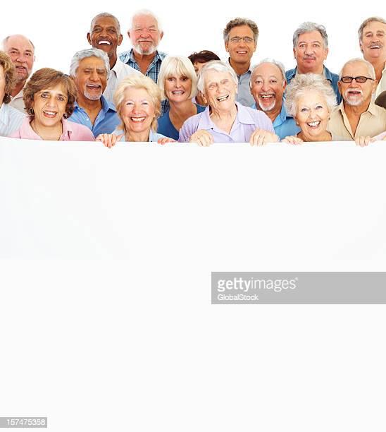Heureux senior homme et femme debout ensemble