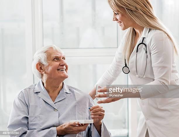 Happy senior patient prendre un médicament du médecin.