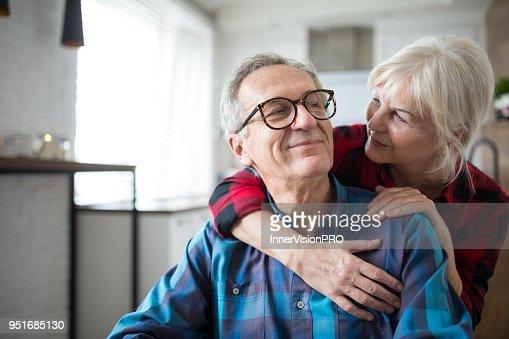 Mujer senior feliz abrazando a su marido : Foto de stock