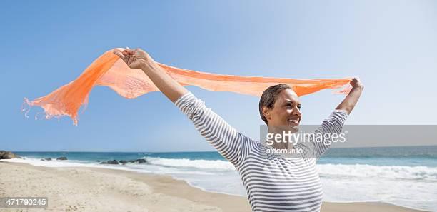 Glückliche senior Frau genießen den wind