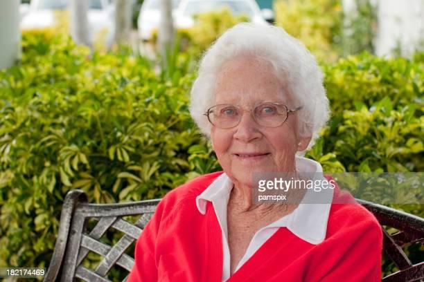 Happy Senior Woman 屋外のガーデンのシッティングエリア