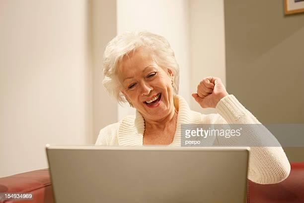 Glückliche senior Frau mit laptop