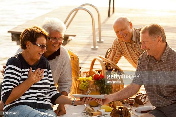 Zufrieden Senioren Spaß in ein Picknick näher