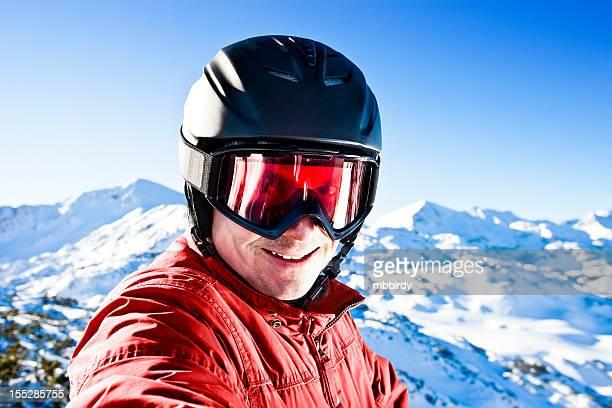 Feliz esquiador en la parte superior del complejo turístico de esquí