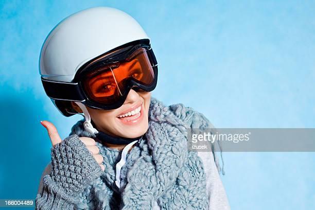 Heureux avec le pouce levé skieur
