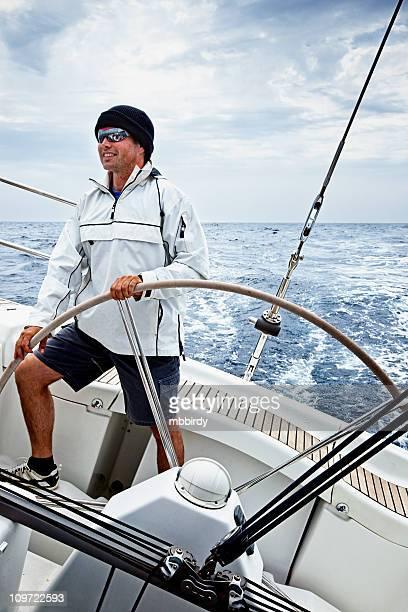 Happy sylvanoides driving Segeln Schiff bei schlechter Wetterlage