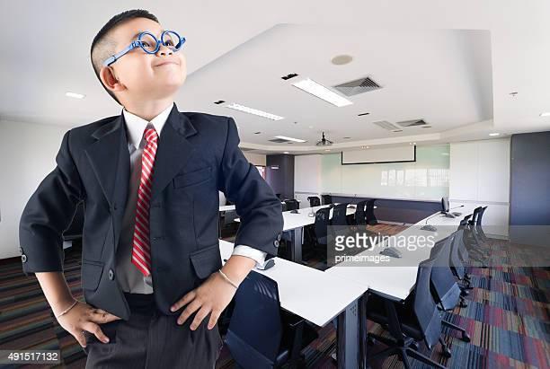 Glückliches Lächeln kleine business-Mann in conference hall Hintergrund
