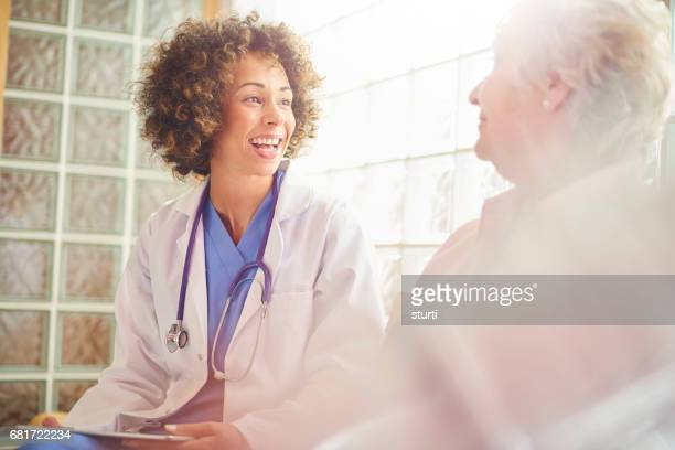 Paciente y el doctor sonriendo feliz
