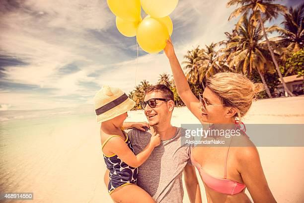 Feliz família sorridente na praia