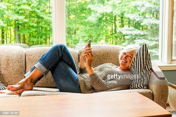 Glücklich lächelnd Reife Frau mit einem smartphone