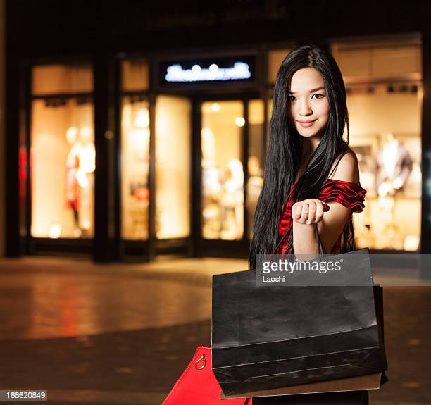Heureux souriant shopping fille