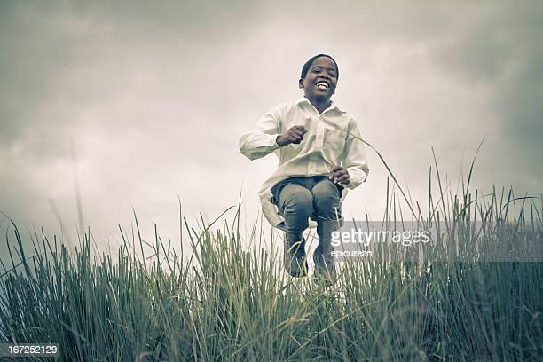 Heureux souriant jeune garçon d'Afrique du Sud