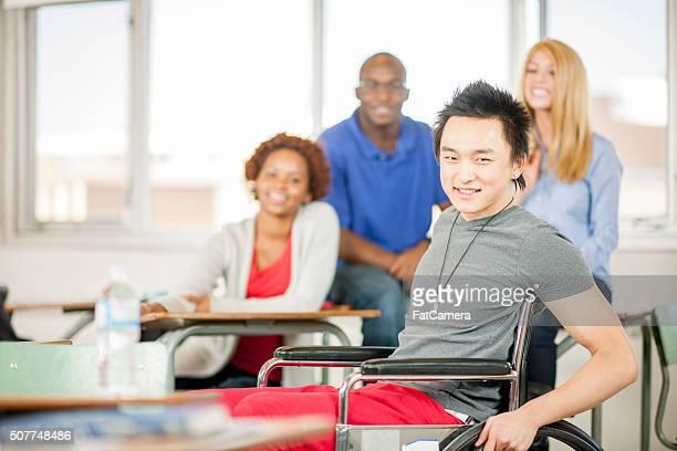 Heureux étudiant dans un fauteuil roulant
