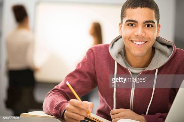 Heureux Étudiant en classe