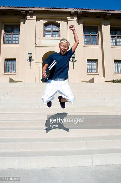 Studente felice saltando