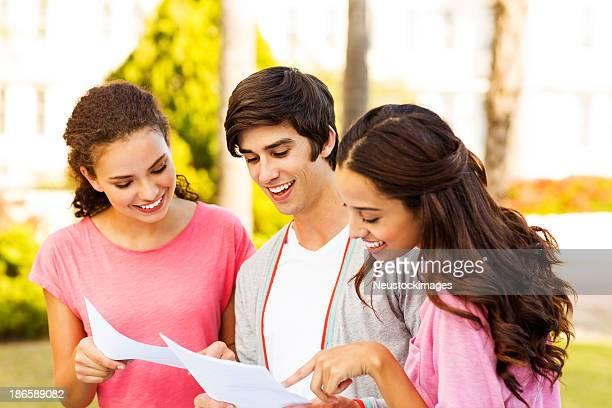 Glücklich Studenten auf dem Campus in Test-Ergebnisse