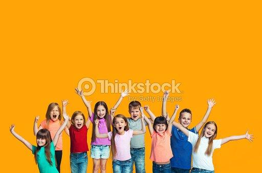 Teensl heureux succès célébrant à être un gagnant. Image énergique dynamique des enfants heureux : Photo