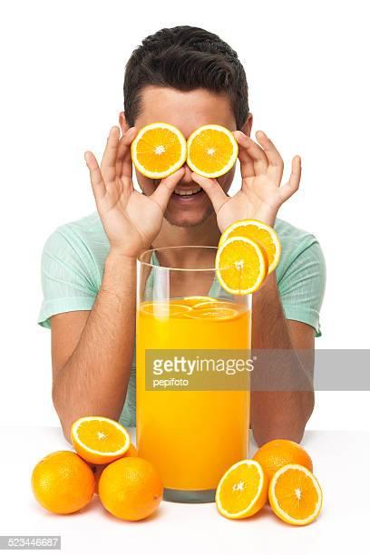 happy teen mit großen Glas Saft