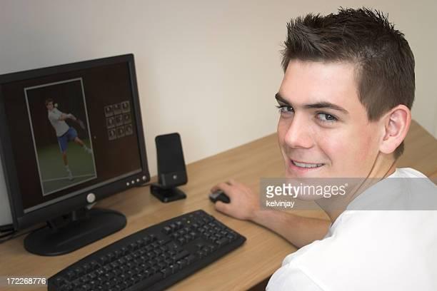 Heureux adolescent surfer sur internet.