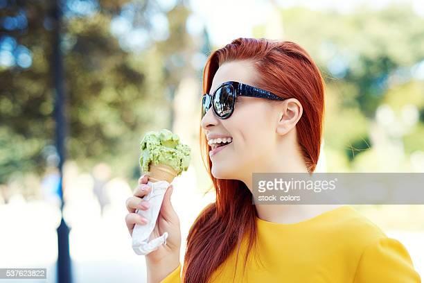 Glückliche Zeit im park mit meinem Eiscreme