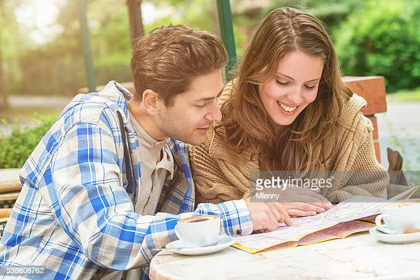 Happy tourist paar Planung Ihrer Reise in street Café