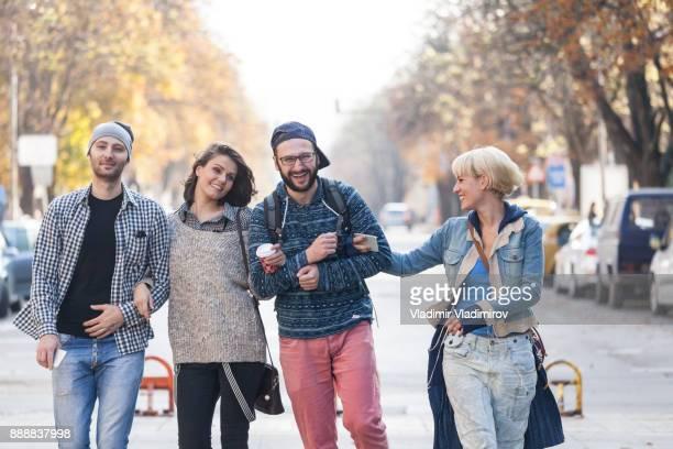 通りに selfie を作って満足している観光客