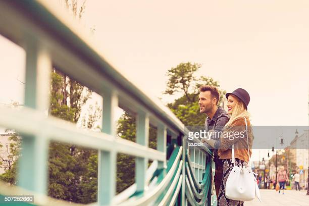 Glückliche Touristen stehen auf der Brücke und schaut Weg