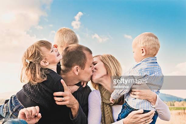 Feliz família tradicional-Amoroso Pais e filhos juntos ao ar livre