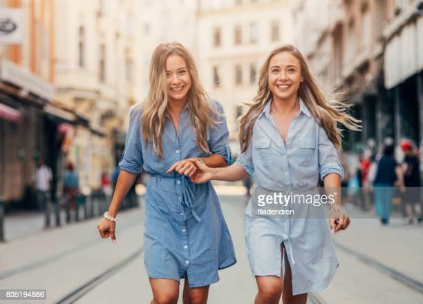 Felizes gemelos en la ciudad