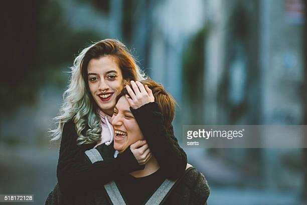 Feliz pareja lesbiana con urbano