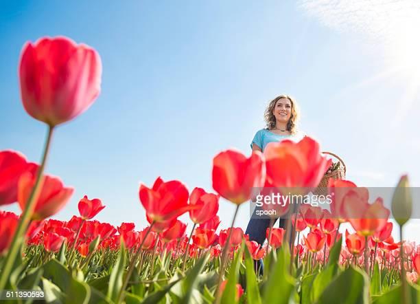 Glückliche Frau in Rote Tulpen