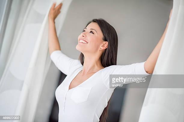 Glückliche Frau zu Hause
