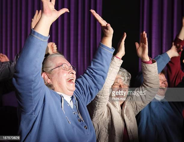 Femme heureuse d'un membre du public