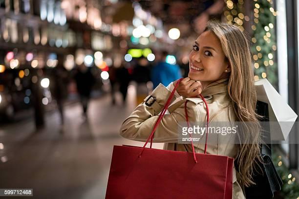 Glückliche Frau Weihnachts-shopping
