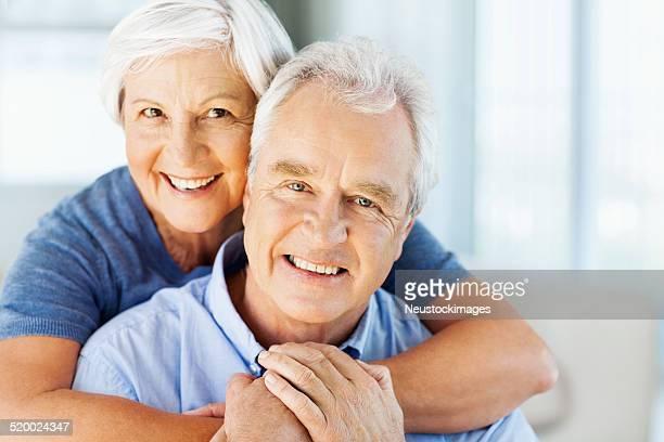 Heureuse femme embrassant homme par derrière chez vous
