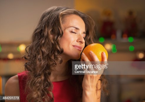 Mulher feliz em desfrutar de elementos laranja Natal decorada de Cozinha : Foto de stock