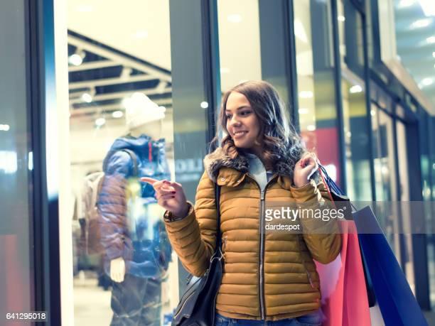 Glückliche Frau Genießen Sie die Einkaufsmöglichkeiten