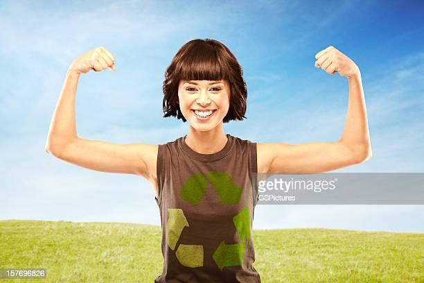 幸せな女性の屈曲の筋肉を着て、リサイクル t シャツ