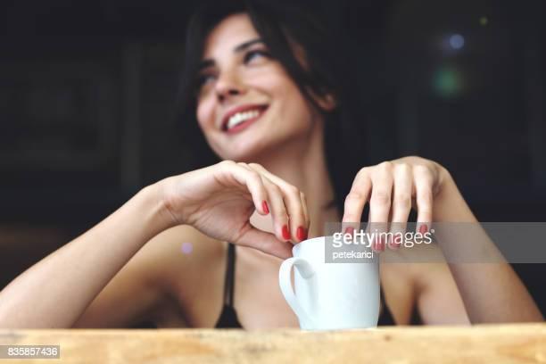 Mujer feliz con una taza de café