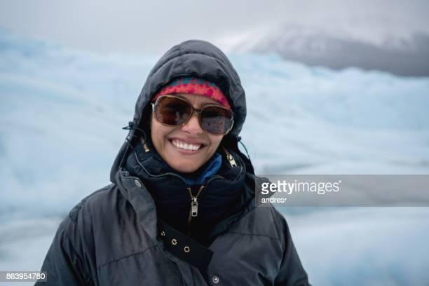 Gelukkige vrouw op een gletsjer hiking