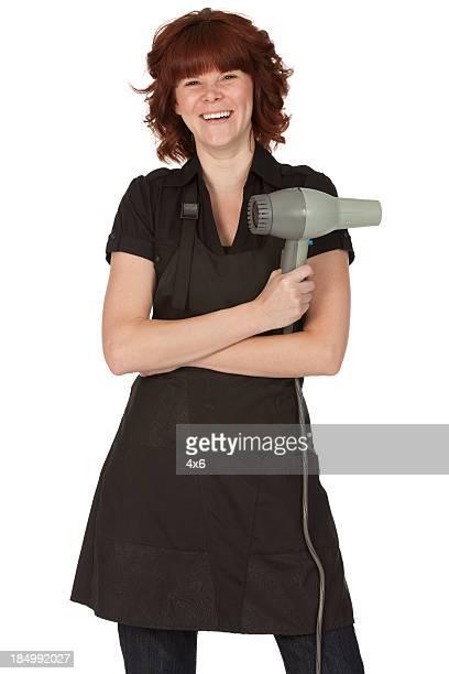 Glückliche Frau hält einen Haartrockner