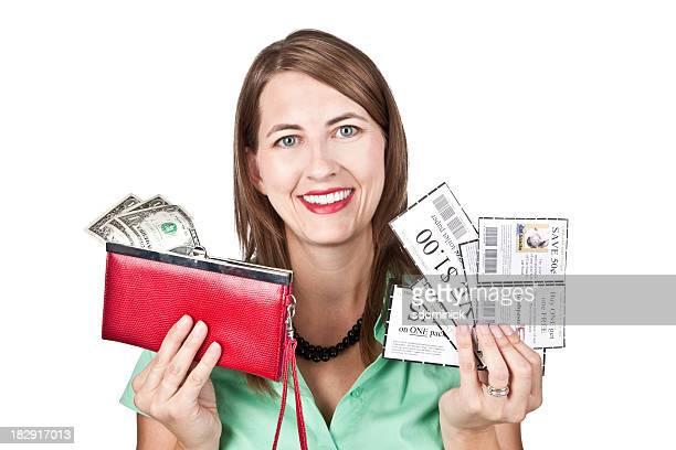 Mulher feliz Segurando os cupões e carteira com dinheiro