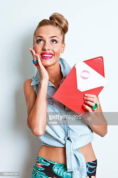 Glückliche Frau holding Liebesbrief