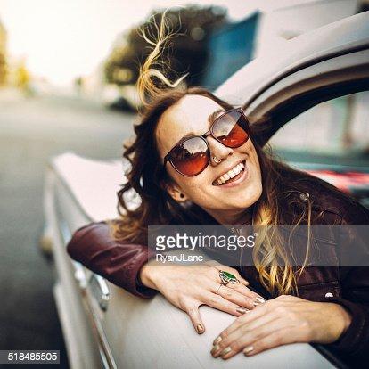 幸せな女性のクラシックなカー