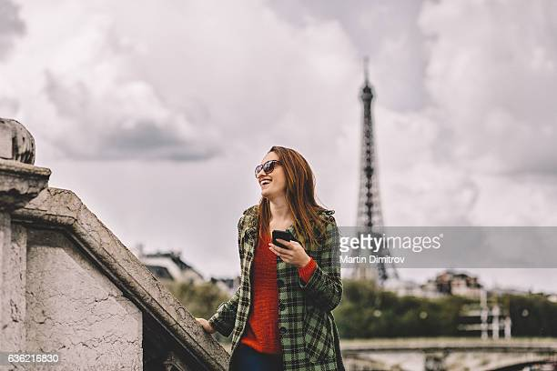 Heureuse femme à Paris